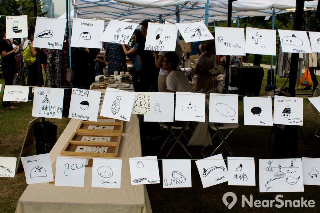 「海角地攤2046」有攤位供遊客在紙條繪畫留念。
