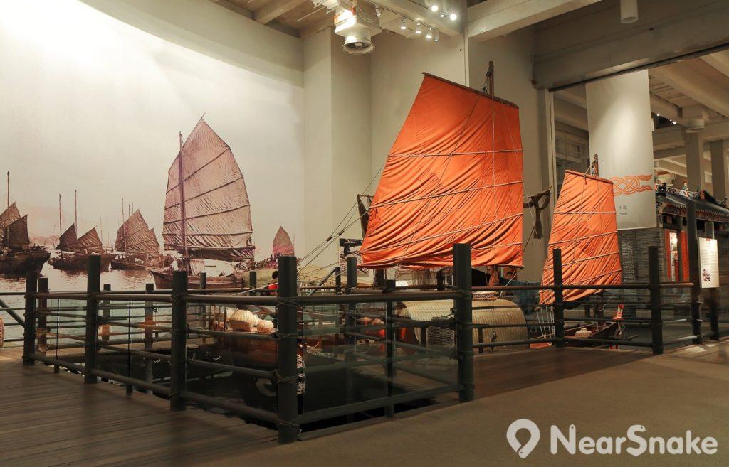 昔日的香港是一條小漁村,水上人生活模式浮家泛宅,遊客可以登上一艘依據原型複製的漁船,閱讀關於當時漁民習俗和信仰的資料,若想親身體驗舊式帆船航海旅程,不妨考慮一試鴨靈號維港遊。