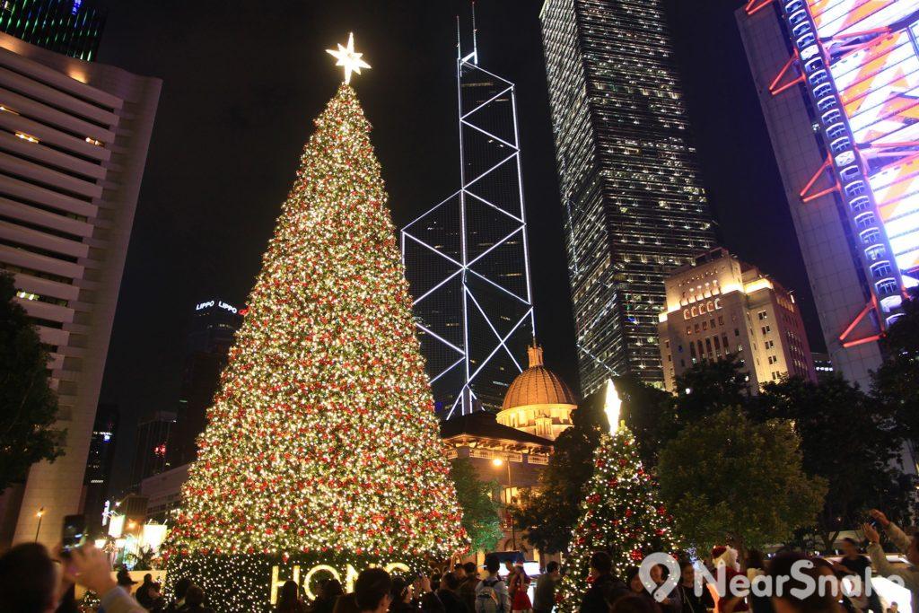 香港繽紛冬日節 2017 主辦單位會在中環皇后像廣場矗立巨型聖誕樹及裝置藝術,為繁忙的中環增添聖誕氣氛。