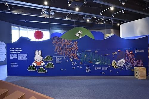 香港科學館在兒童天地舉辦 Miffy 之拯救海洋(Miffy and The Ocean)展覽,以海洋污染為主題,讓小朋友了解海洋生物的居住環境及垃圾造成的破壞,宣揚環保訊息。