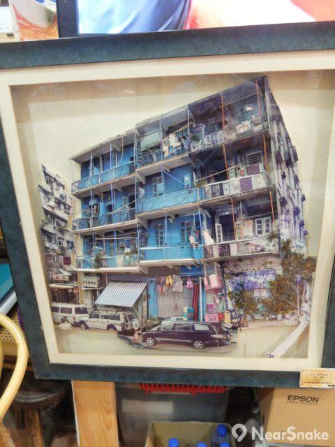 香港故事館內有幅立體板面,顯示未被重新復修前的藍屋舊貌。
