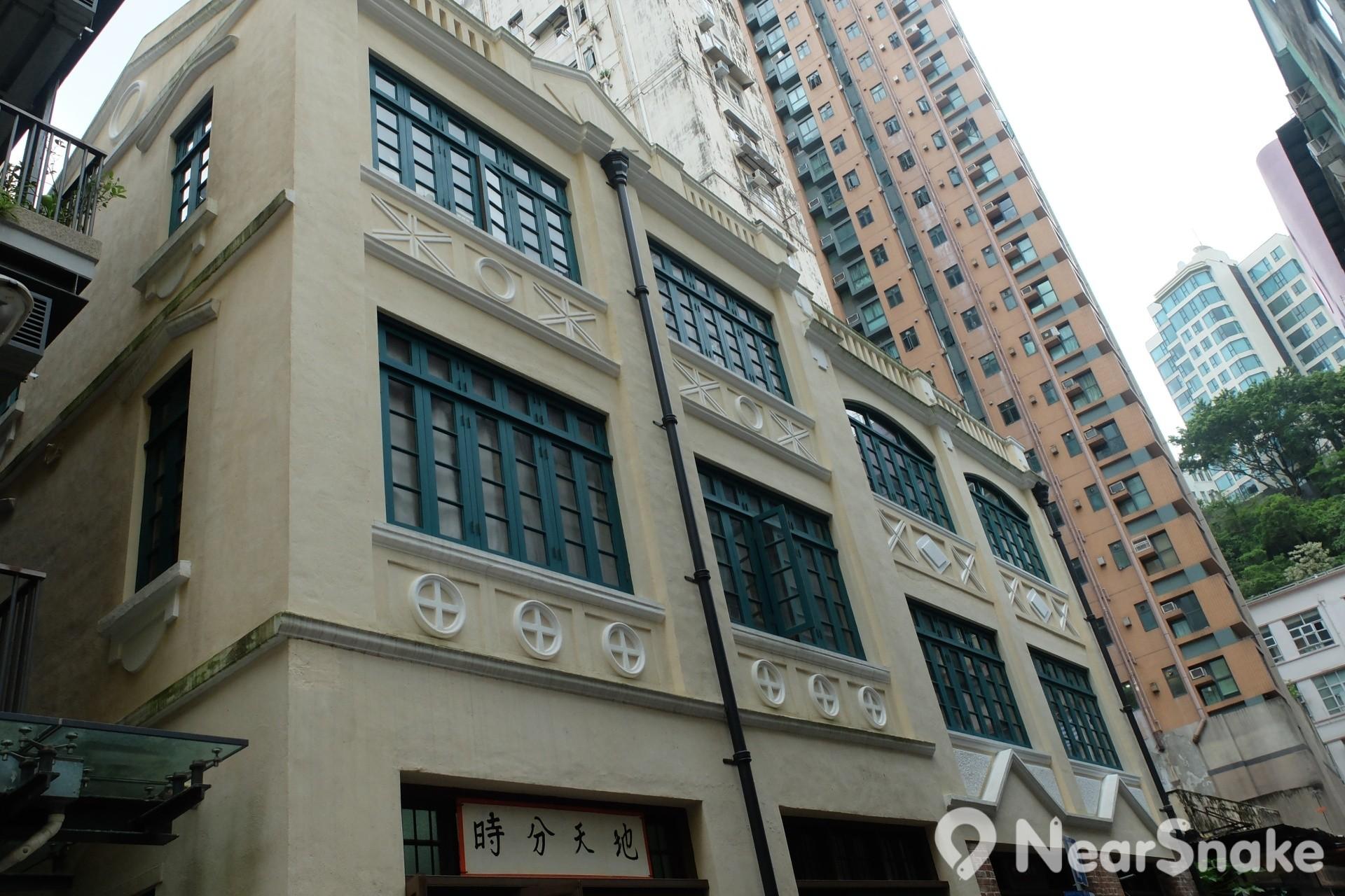 黃屋座落於灣仔慶雲街 2 號至 8 號雙數門牌,樓高 3 層,擁有歐陸色彩的建築風格,被評定為香港三級歷史建築。