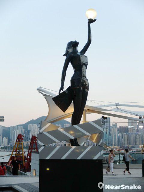電影女神銅像手上托著光源,配襯星光花園海傍夕陽,構圖是否帶點電影感呢?