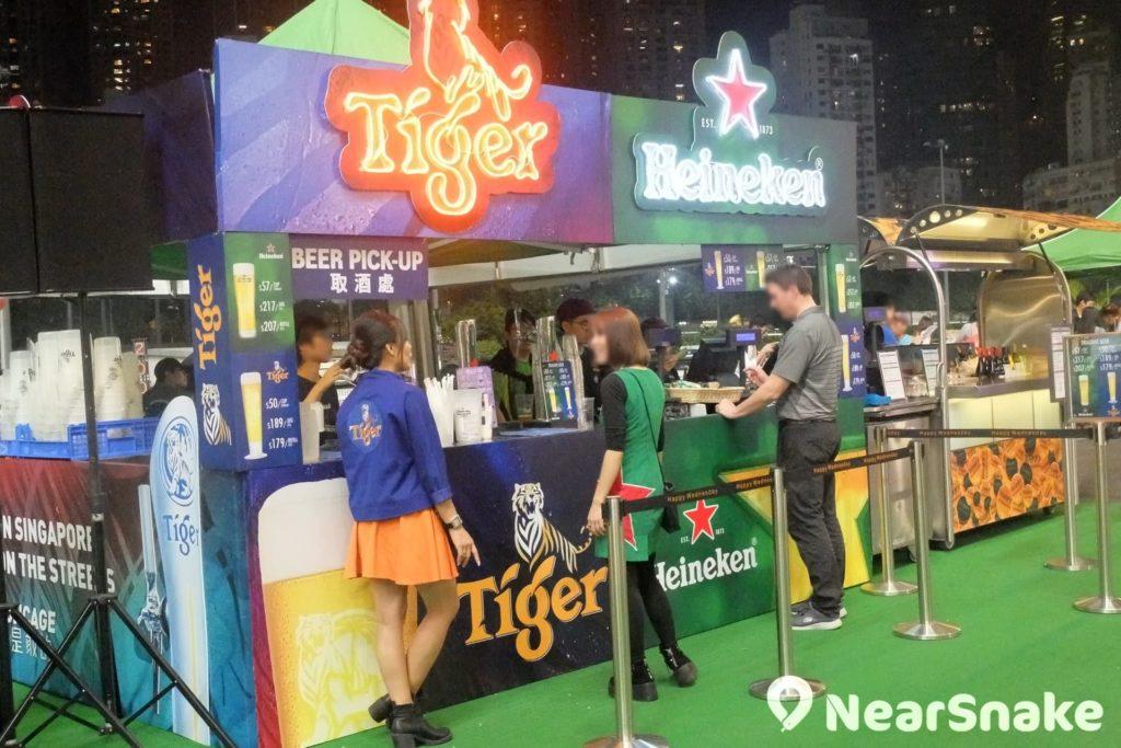 逢周三的夜馬日,跑馬地馬場內便布滿一個個的啤酒攤檔,觀賞賽馬之餘嘆一杯,更添娛樂剌激氣氛。