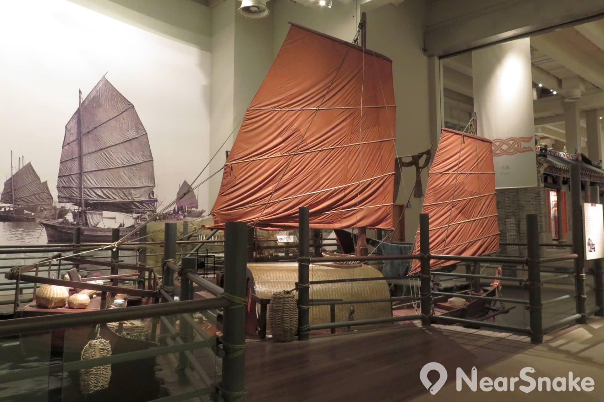 歷史博物館內展出了「香港標誌」——帆船的大型模型,水上人家生活的地方,有說他們是躲避歷朝戰亂而躲到海上的大族。