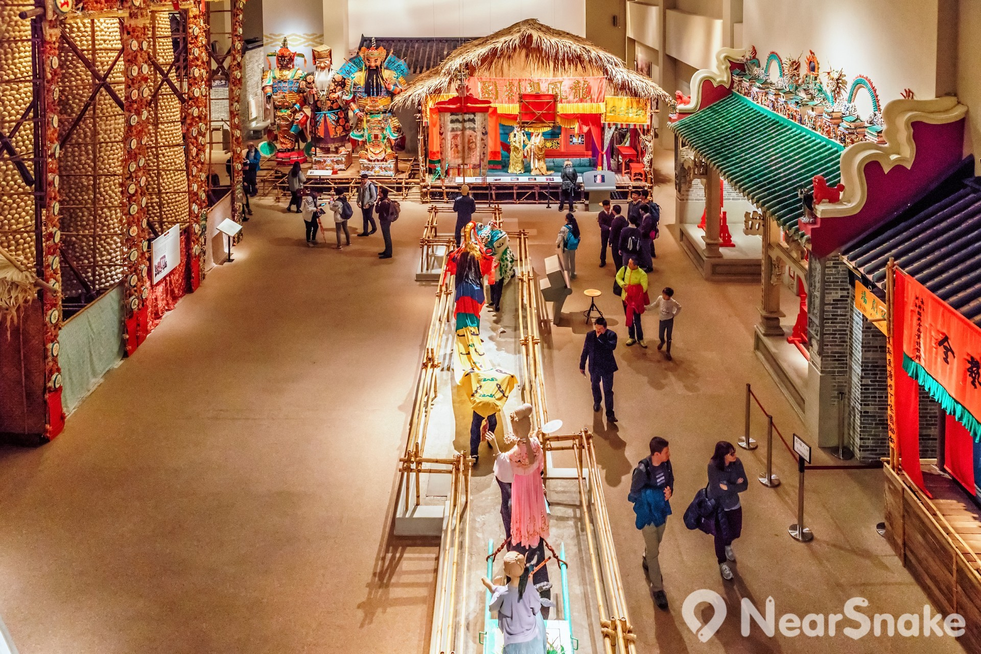 香港歷史博物館內展出不少具香港傳統特色的大型展品,如:戲棚、廟宇、神祇等。