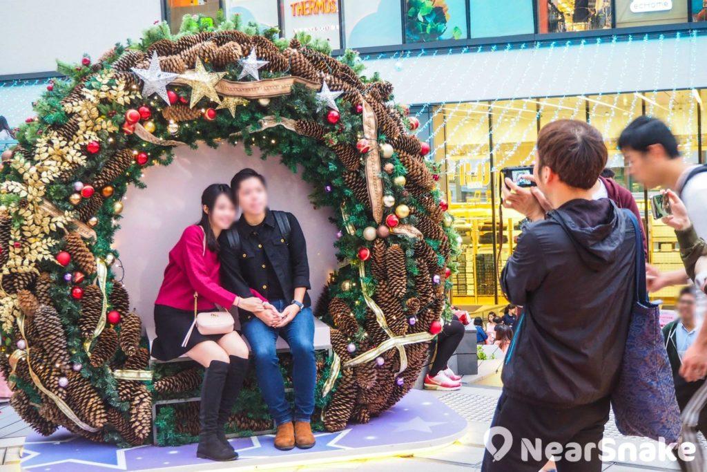 7 呎高的巨型松果花環可說是新都會廣場內的一大看點!它由逾 2,200 顆松果及堅果組合而成,更貼心地設有座椅,方便閣下坐下拍照。