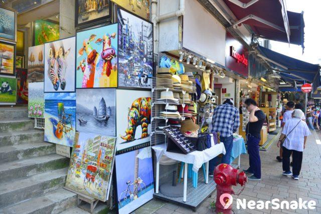 赤柱市集內亦不乏售賣油畫的攤檔,香港特色景點乃畫作的主要取材。
