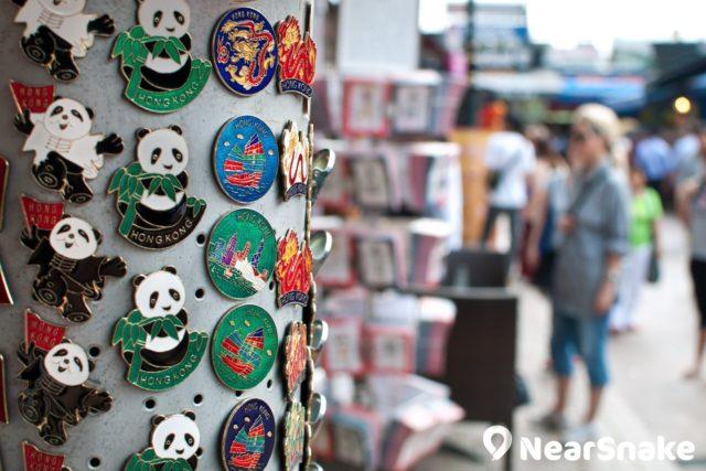 赤柱市集內的商店以發售紀念品和手工藝品為主。