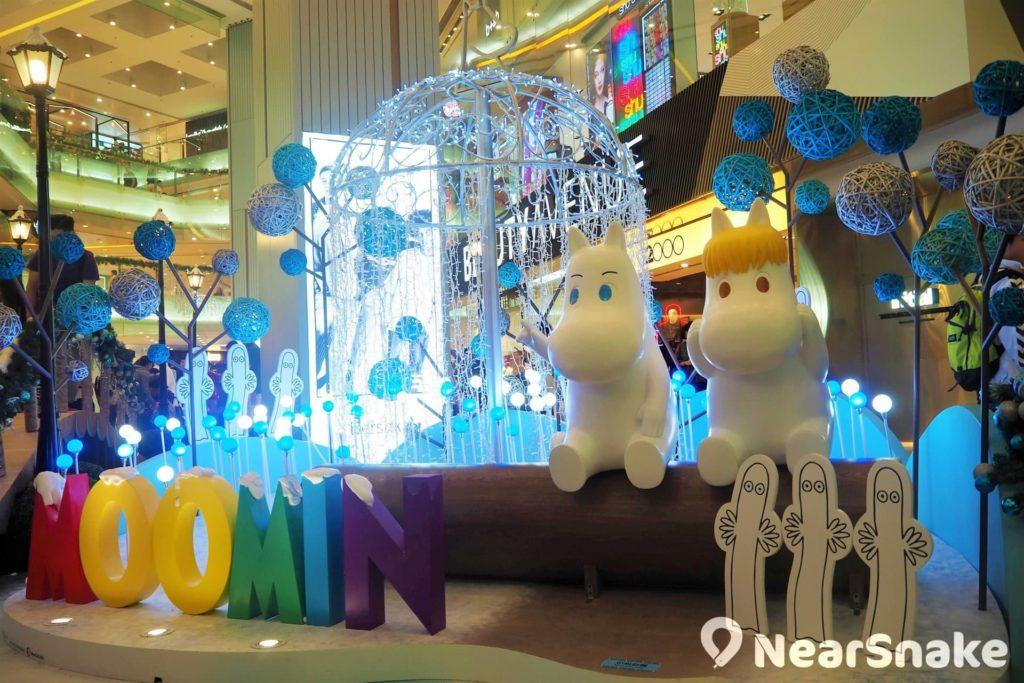 「姆明歌妮閃亮奇園」:全場最吸引非此場景莫屬!你可以坐在圓木椅上,與姆明和歌妮並肩欣賞漂亮的 LED 燈簾及雪球燈。