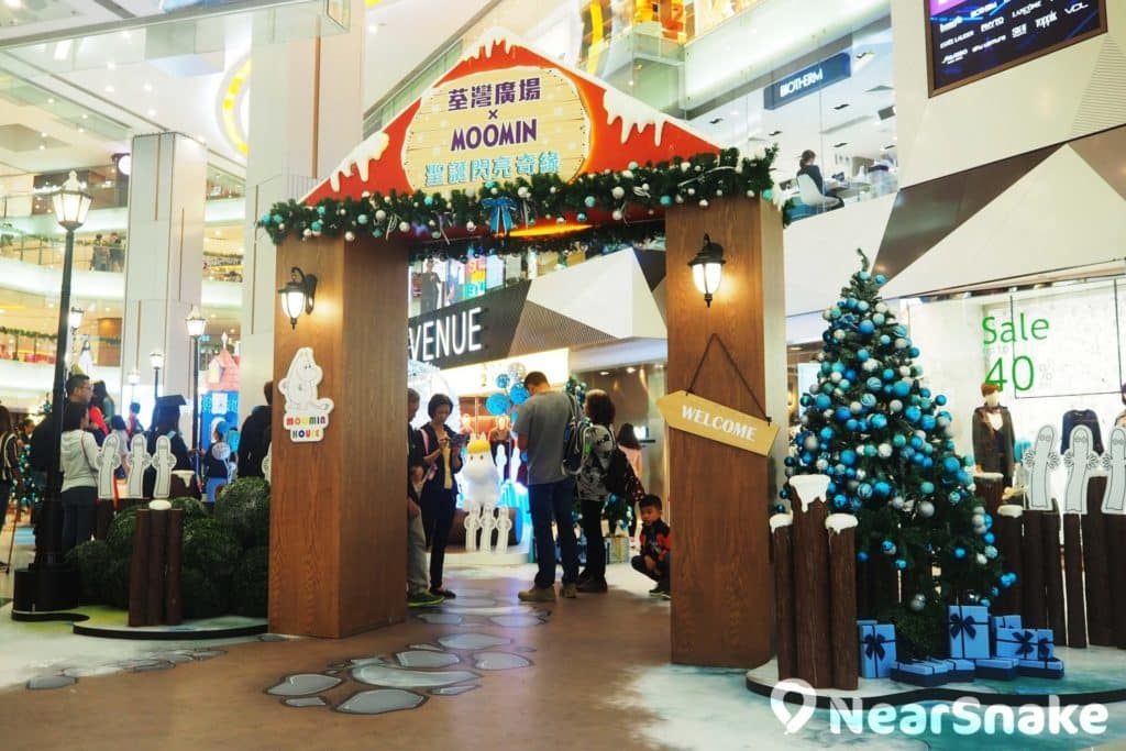 「閃亮奇緣大門」:白色的小精靈在大門兩旁迎接遊客,而掛滿藍白色裝飾球的聖誕樹富有雪國氣氛。