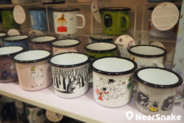 姆明期間限定店精品推介:姆明「家鄉」芬蘭設計的琺瑯杯,備有多款顏色和圖案,讓閣下更易揀選心頭好!