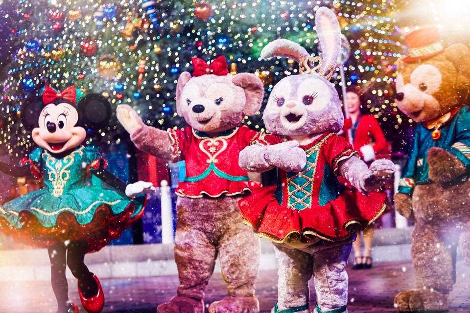 隨著暮色漸暗,迪士尼小熊 Duffy、ShellieMay 及新朋友 StellaLou 紛紛出場,為漫天雪花添上溫暖光影。