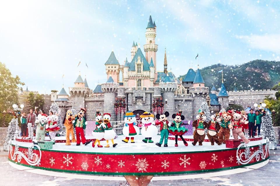 「米奇與好友聖誕舞會」:米奇聯同一班好友換上聖誕新裝在睡公主城堡前載歌載舞,並邀請了幾位首次亮相的神秘嘉賓,大家能猜到是誰嗎?