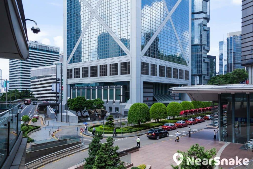 中銀大廈基座的麻石外牆象徵中國。