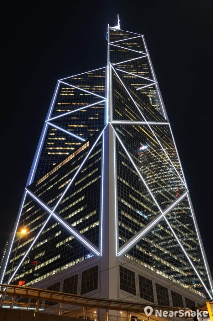 中銀大廈晚上會亮起燈光,勾勒出大廈的線條。
