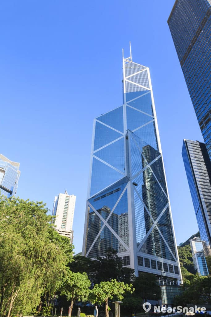 中銀大廈以玻璃帷幕及鋁合金建成,日間仿如一面巨形直身鏡。