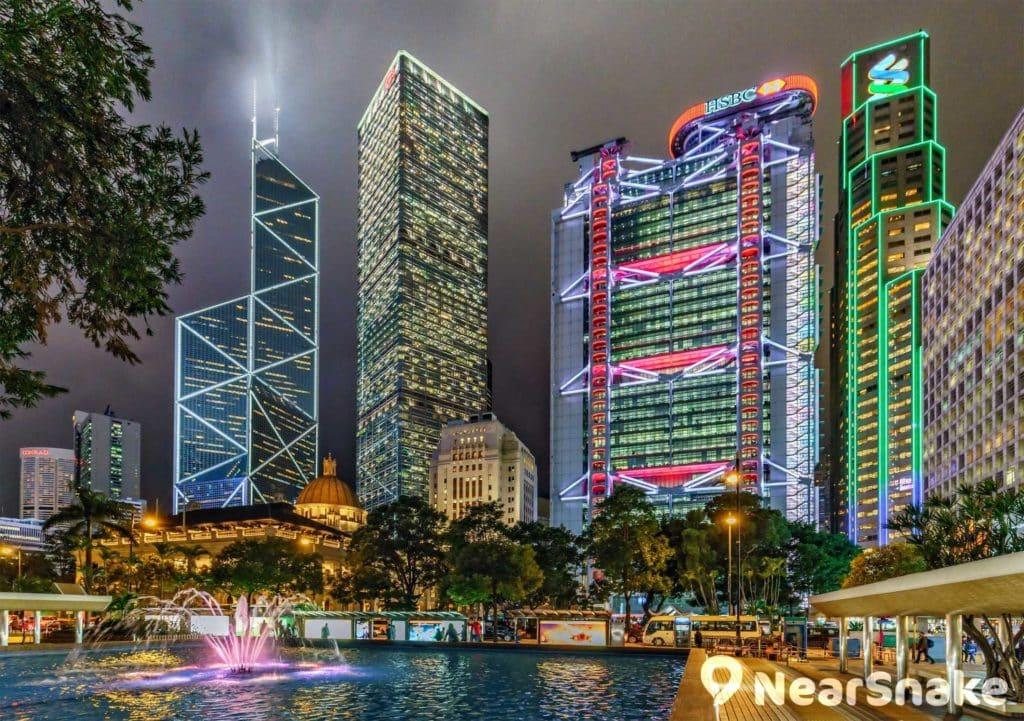 長江集團中心設計成如同四方盾,夾在中銀大廈和匯豐總部大樓中間。