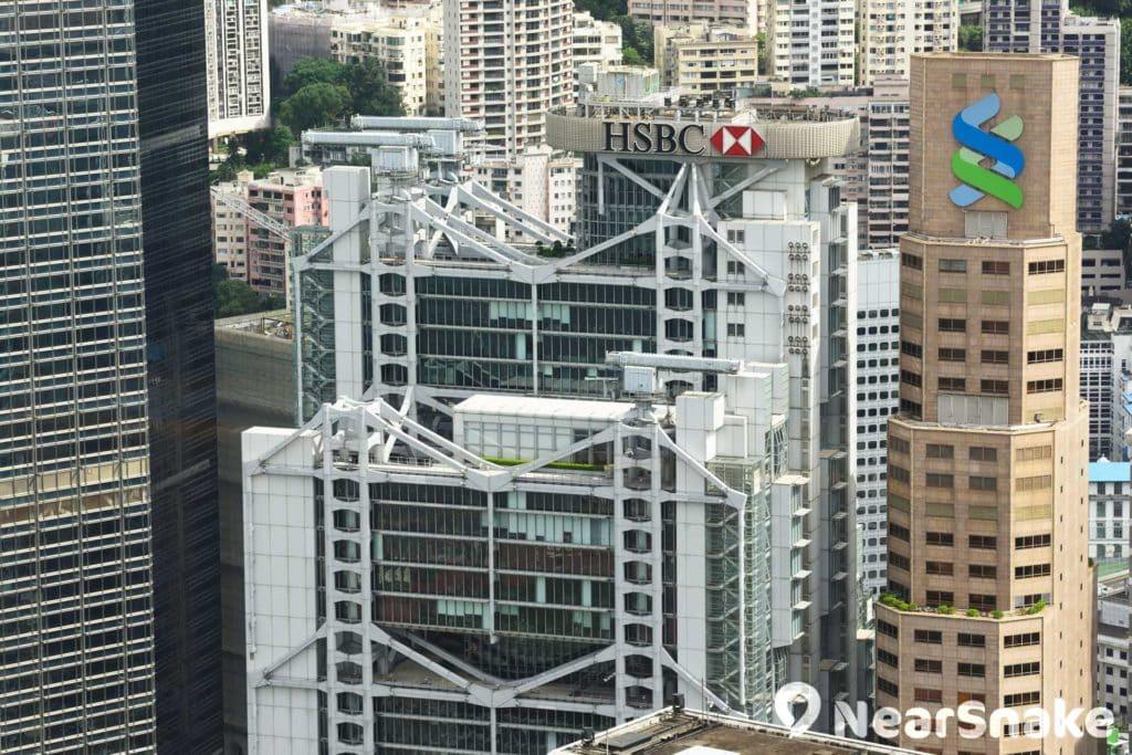 滙豐總部大樓樓頂加裝兩座對着中銀大廈的砲台裝飾,據說是要化解殺氣。