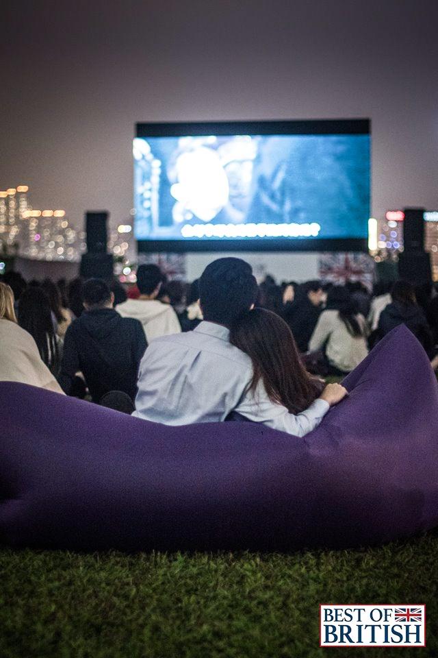 遊客可以在醉人的星空下,躺在草地上觀賞電影。