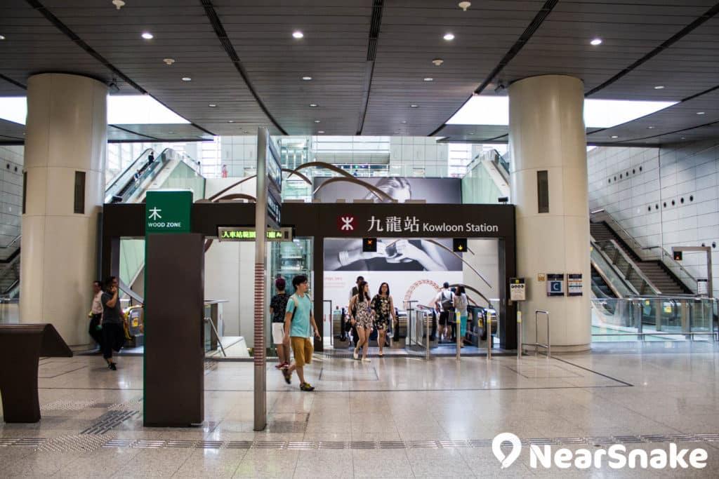 九龍站一出便是圓方商場範圍。