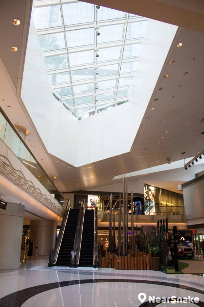 圓方有不少天窗設計,善用天然光照明。