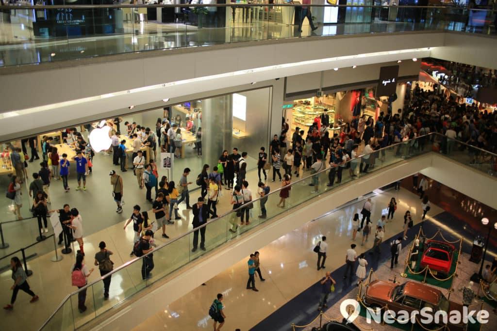 香港第二間蘋果專門店開設於又一城,經常人流如鯽。