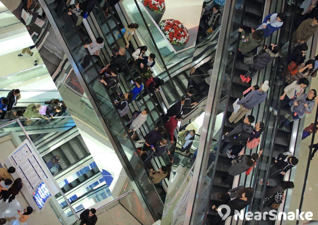 又一城的扶手電梯縱橫交錯,目的是要將人流引向商舖。