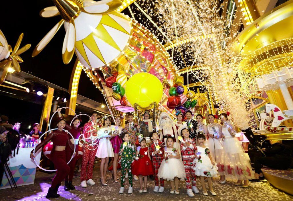 巨型聖誕飛船前後均有螺旋槳型走馬燈在轉動,並有逾二千個LED燈閃閃發亮。