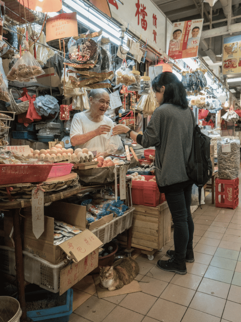 攝影師 Marcel Heijnen 將香港舊區老店「貓與人的關係」記錄低,雜亂無章的背景與慵懶的舖頭貓之間反襯出濃厚的人情味。