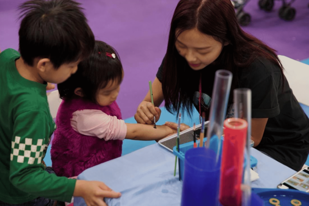 都巿人生活節奏急速,較少機會放慢腳步做做小手作,冬季購物節主辦單位特設「D.I.Y 及藝術創意區」,由不同創作大師帶領入場人士製作特色工藝品,讓家長和小朋友一起發揮創意。