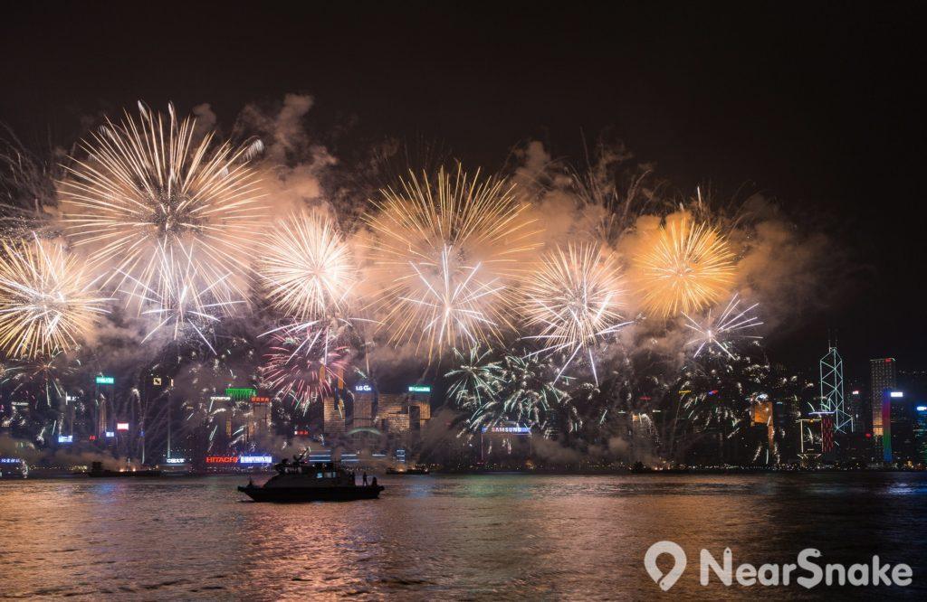2018 跨年煙火匯演將加入新版「幻彩詠香江」及「閃躍維港」千變萬化的燈光效果,配合音樂及維港兩岸的燈飾,為巿民送上新一年的祝福。