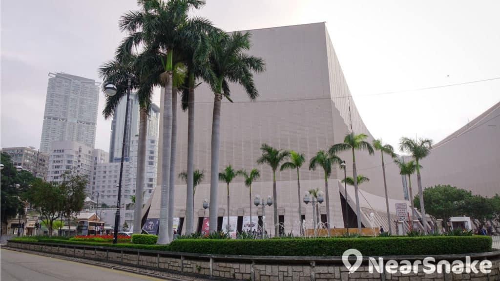 香港藝術館位於尖沙咀梳士巴利道旁。