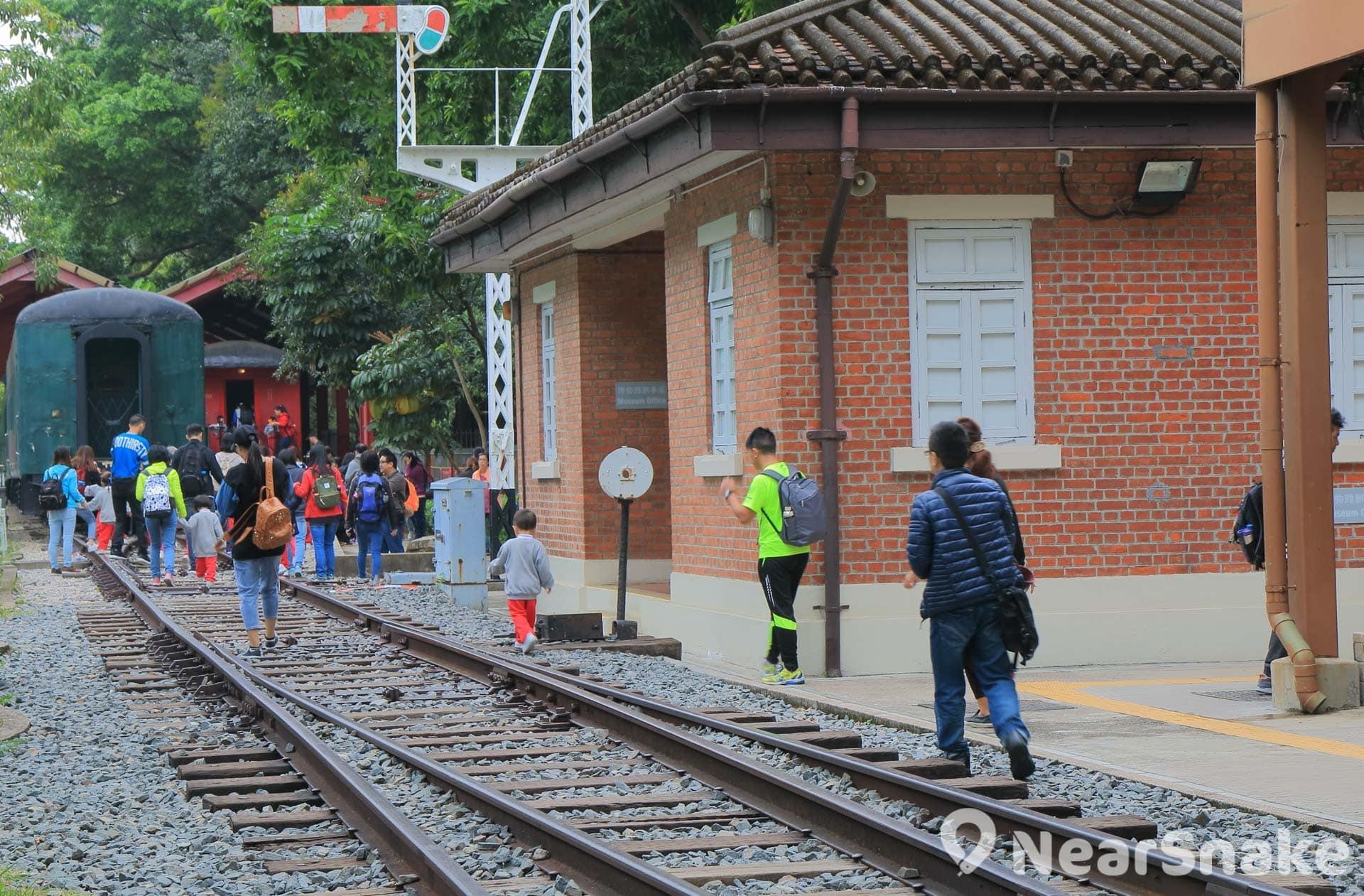 訪客可在鐵路博物館內任意拍照,在火車軌上也可安全地擺甫士。
