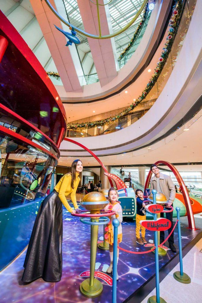 場內設有多款互動機械裝置、魔術表演及詩歌唱詠。