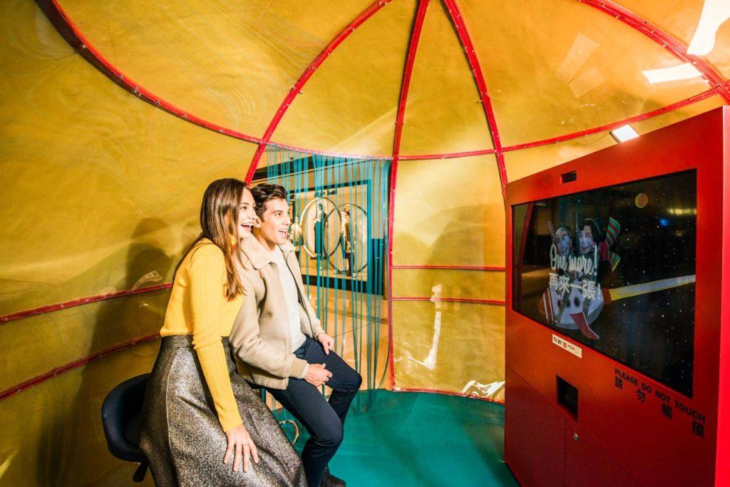 遊客不妨走進太空攝影艙,選擇喜愛的復古太空背景拍照甚至拍攝有趣的動畫短片。