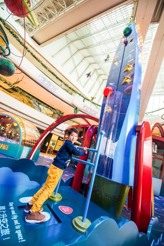 小朋友可以於「能量穿梭機」將動力轉化為能量,把聖誕太空人送上星球。