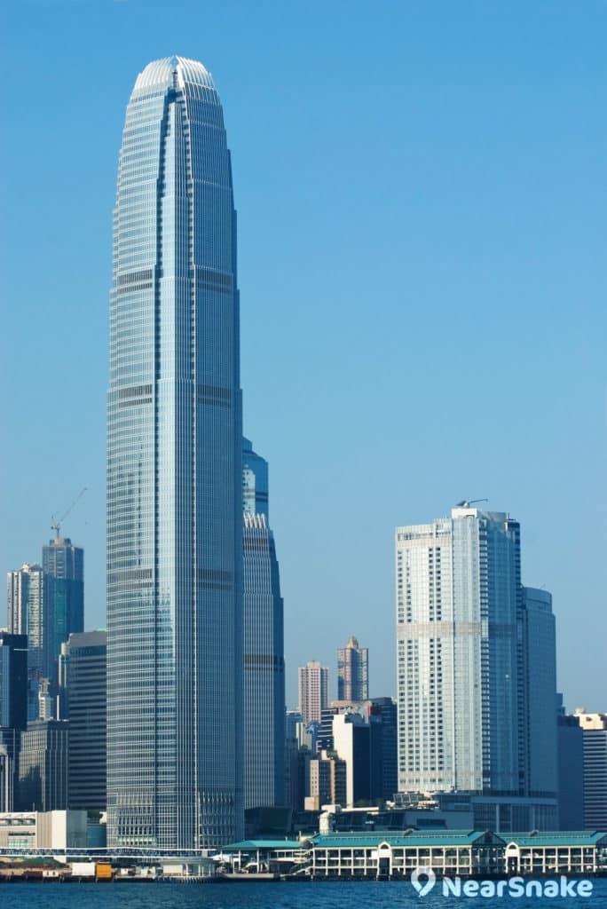 國際金融中心二期在一眾摩天大樓中鶴立雞群。