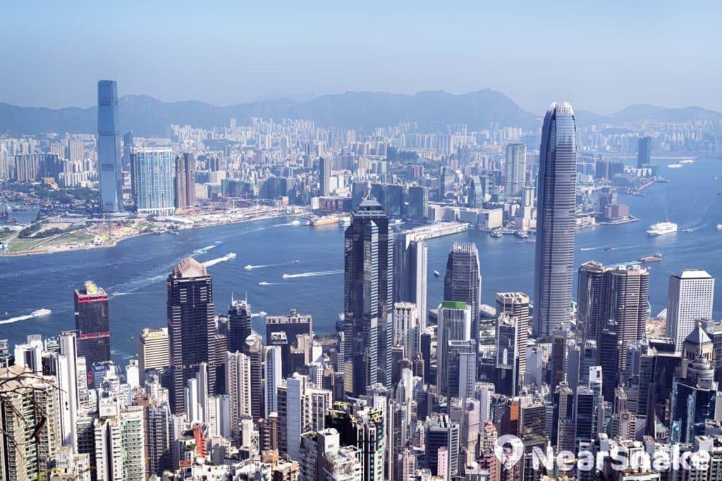 由山頂遠眺維港,最先映入眼簾的必定是國金二期。