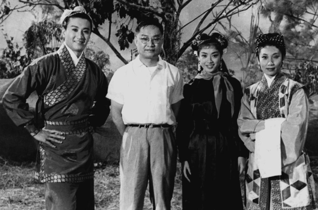 此相片是金庸在 1960 年與《神鵰俠侶》電影主角合照,由金庸本人借出作展覽之用。(左起:謝賢、金庸、南紅、梁素琴)