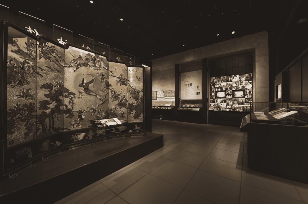 以著名作家查良鏞博士(筆名金庸)為主題的「金庸館」,設於沙田區香港文化博物館,透過 300 多項展品,包括小說版本、珍貴的手稿、文獻和照片,介紹查良鏞博士武俠小說的創作歷程及其小說對香港流行文化的影響。