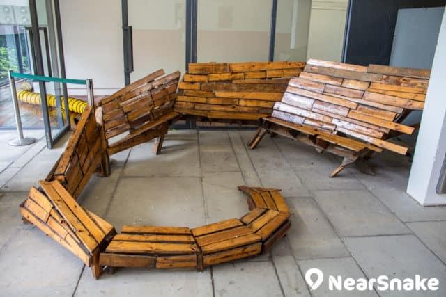 糅合工業風格的當代藝術品,為賽馬會創意藝術中心訪客提供休息的空間。
