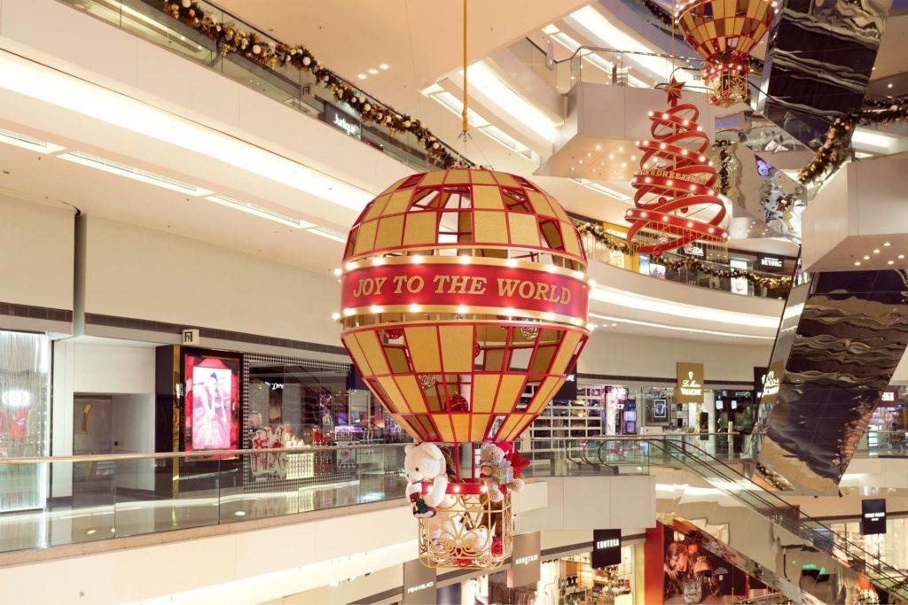 大型聖誕天花吊飾為又一城商場增添不少氣氛。