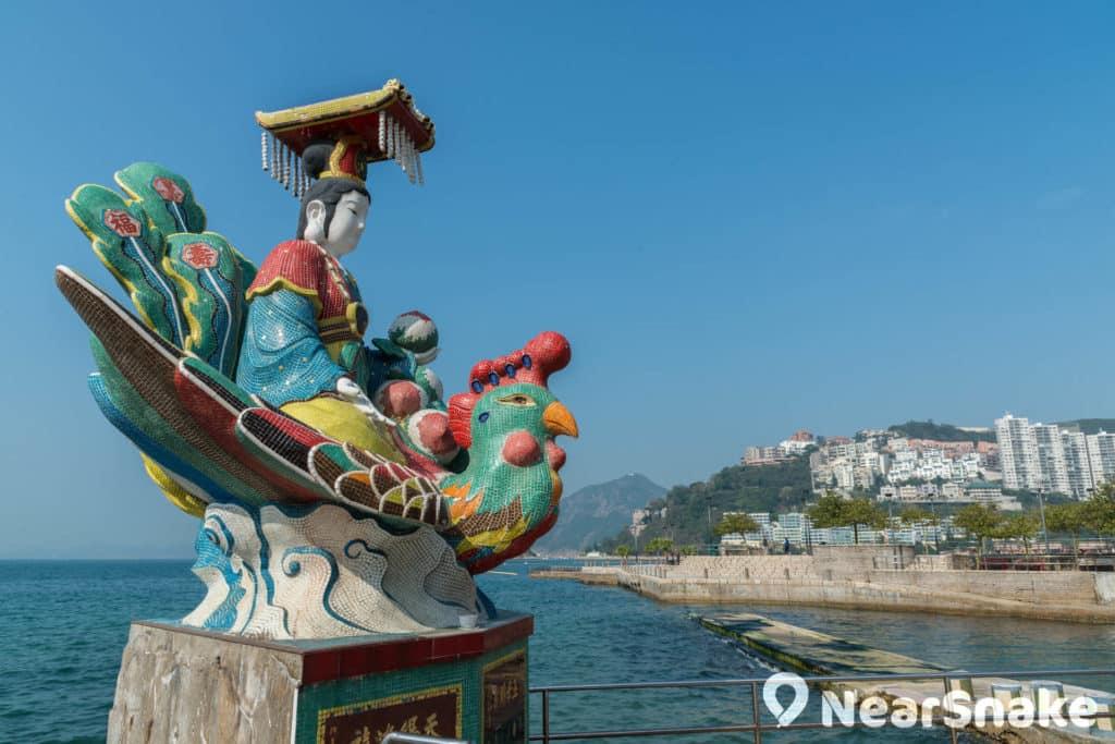 海龍皇的雕像座落海旁,似是鎮住海旁的大風大浪。