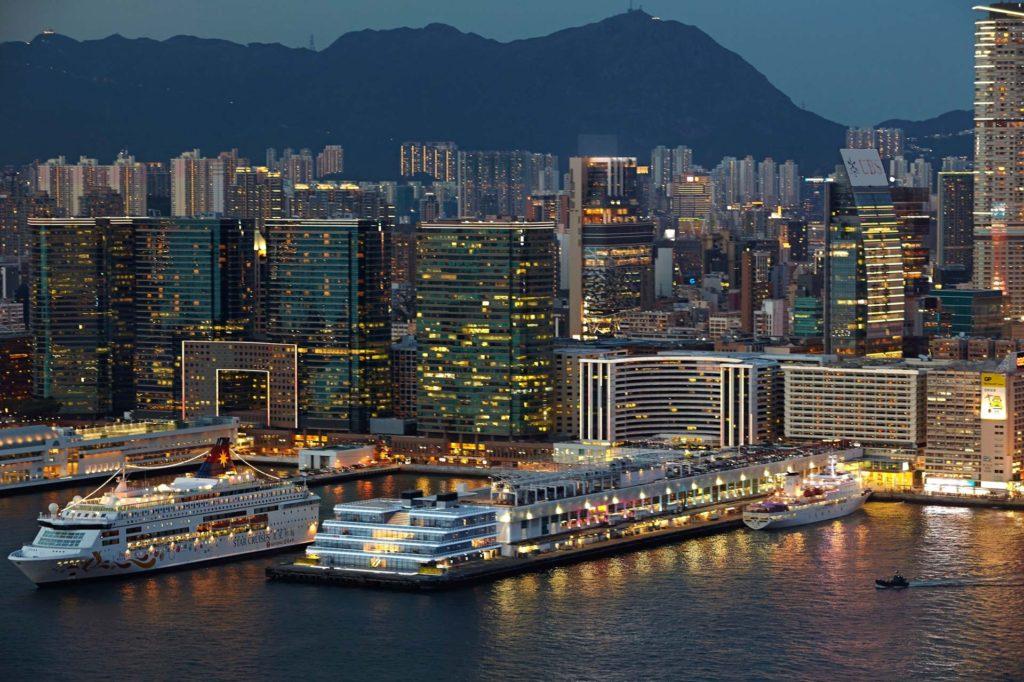 海運大廈新擴建大樓在晚上的地標形象更見鮮明。