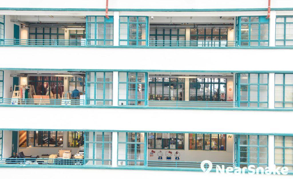 商店沿用原先宿舍的半開放式設計,將貨品或藝術品放到走廊展示。