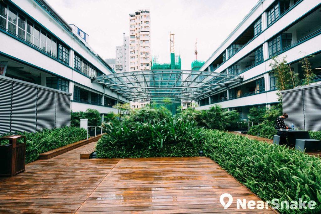 4 樓平台設有空中花園 PLATEAU,作為通道連接兩座大樓。