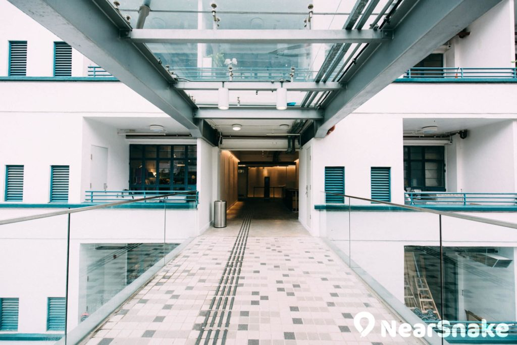 兩座大樓之間以空中通道作為連接。