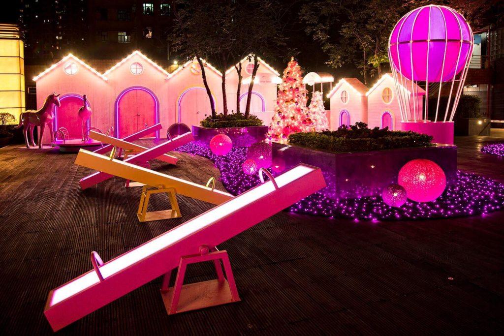 訪客可在星光花園一睹光影搖搖板、迴旋木馬、旋轉摩天輪及星光泡泡許願泉等聖誕裝置。