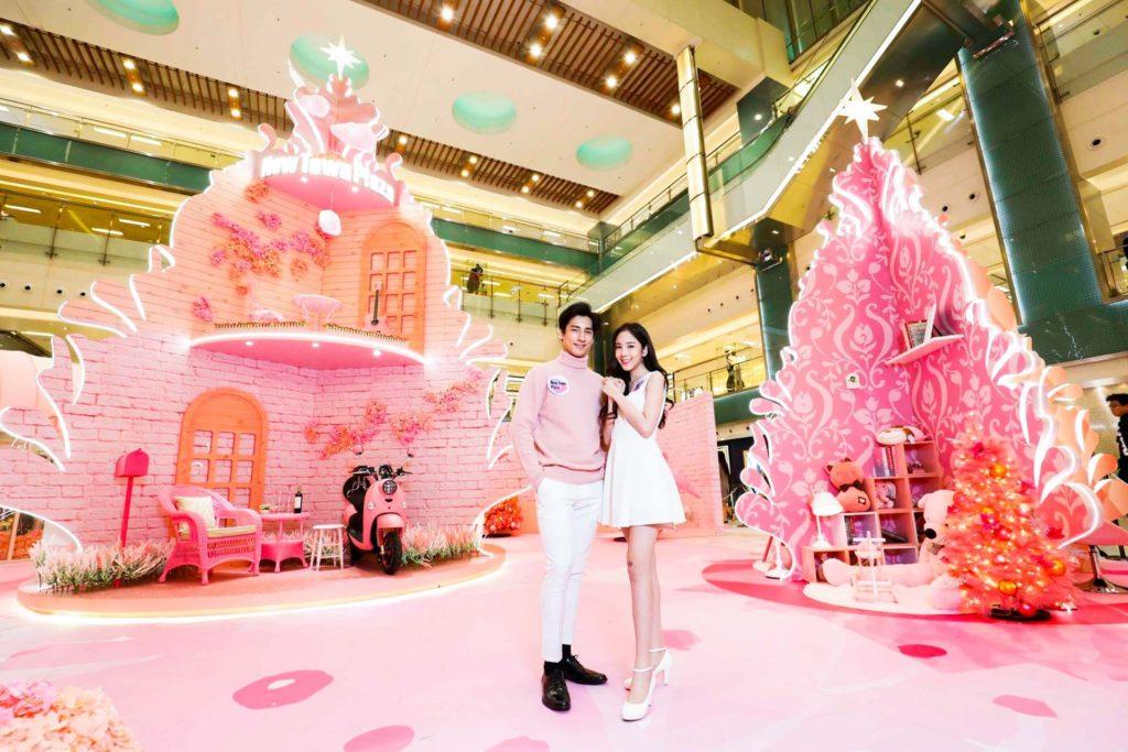 在 30 呎高的粉紅樹屋裹掛滿了各大品牌的秋冬季潮物。